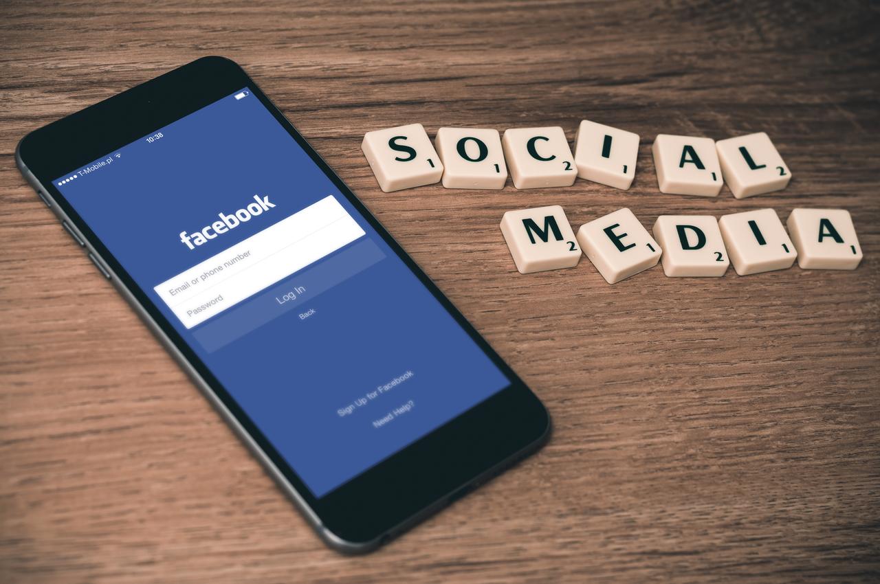 Sociale medier og Facebook